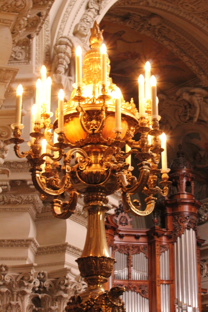 Lamp in the Royal Gallery with pipe organ in the background