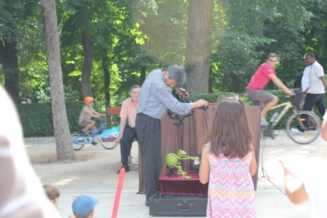 Puppeteer in Retiro Park, Madrid